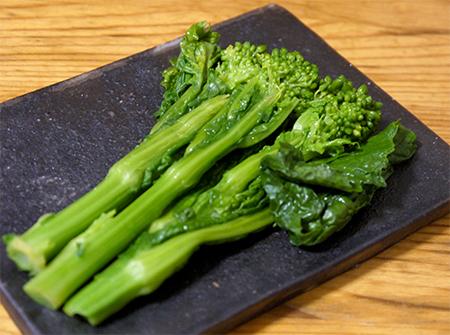 菜の花の昆布〆 菜の花の昆布〆。 さっと茹でた菜の花に軽く塩をふり、昆布に挟んでラップで包み冷蔵