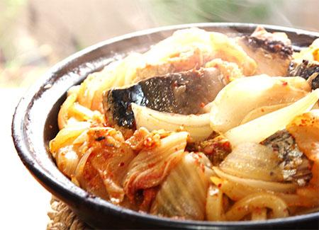タジン鍋で、鯖缶キムチうどん