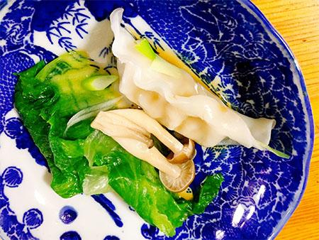 冷凍餃子とレタスで簡単鍋