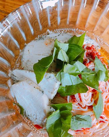 冷製パスタにサラダチキンをトッピング