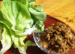 納豆入り豚肉炒めのサラダ菜包み
